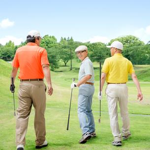 ゴルフクラブを持って歩く3人の日本人男性の写真素材 [FYI01908301]