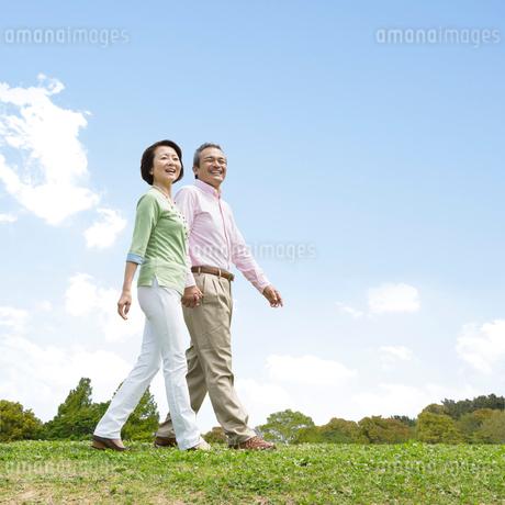 散歩する日本人夫婦の写真素材 [FYI01908409]