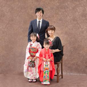 七五三の姉妹と父母の写真素材 [FYI01908428]