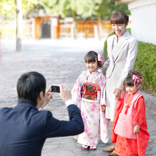 写真を撮る4人の家族の写真素材 [FYI01908481]