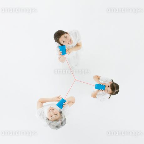 糸電話で話す3世代家族の写真素材 [FYI01908523]