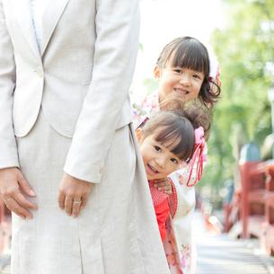母親に寄り添う着物姿の姉妹の写真素材 [FYI01908689]