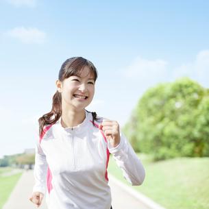 ウォーキングをする日本人女性の写真素材 [FYI01908705]