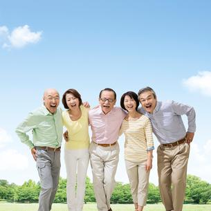 肩を組む笑顔の日本人男女達の写真素材 [FYI01908748]