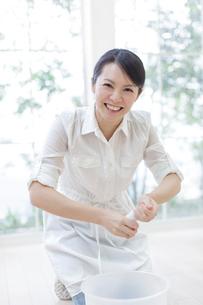 雑巾を絞る女性の写真素材 [FYI01908757]