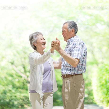 ダンスをするシニア夫婦の写真素材 [FYI01908841]