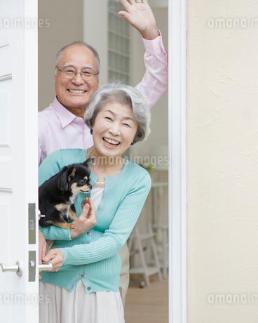 ドアを開けて笑う日本人シニア夫婦の写真素材 [FYI01908900]