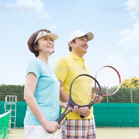 テニスをする日本人夫婦の写真素材 [FYI01909083]