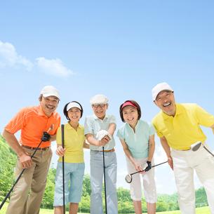 ゴルフクラブを持つ日本人男女達の写真素材 [FYI01909084]