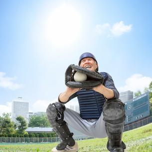 野球のキャッチャーをするシニア男性の写真素材 [FYI01909200]