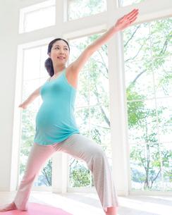 ヨガをする妊婦の写真素材 [FYI01909349]