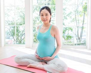 ヨガをする妊婦の写真素材 [FYI01909376]