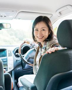 自動車に乗る女性の写真素材 [FYI01909421]