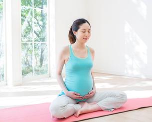 ヨガをする妊婦の写真素材 [FYI01909432]
