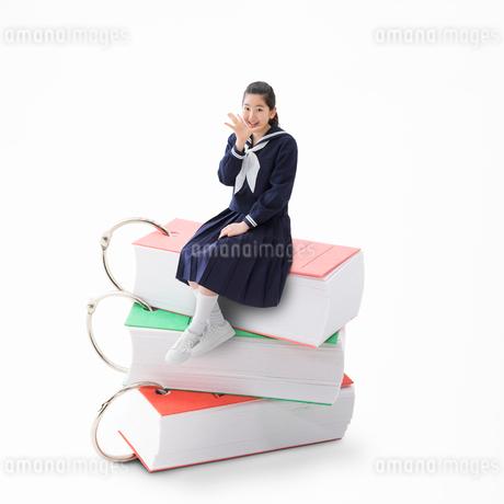 単語帳に乗る女子中学生の写真素材 [FYI01909608]