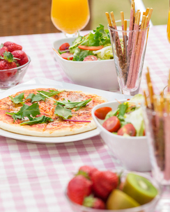 テーブルに置かれた料理の写真素材 [FYI01909637]