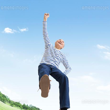 ジャンプするシニア男性の写真素材 [FYI01909706]