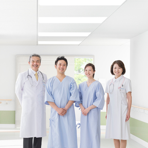 医者と看護師と患者の写真素材 [FYI01909876]