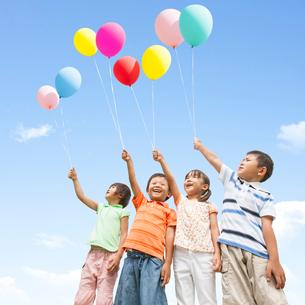 風船を持つ子供達の写真素材 [FYI01909905]