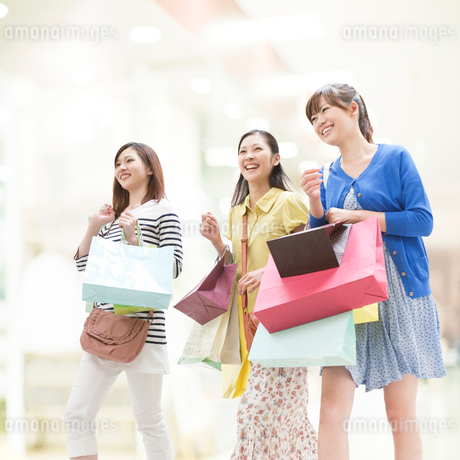 ショッピングをする女性達の写真素材 [FYI01909953]