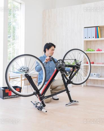 自転車を修理する男性の写真素材 [FYI01909978]