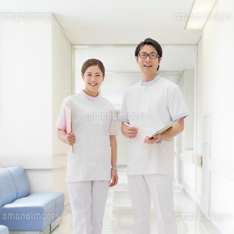 ファイルを持って立つ看護師の写真素材 [FYI01910111]