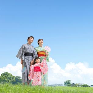 浴衣姿の日本人家族の写真素材 [FYI01910131]
