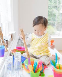 キッチンでおままごとをする女の子の写真素材 [FYI01910281]
