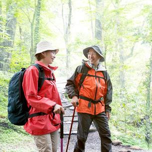 ハイキングをする夫婦の写真素材 [FYI01910289]