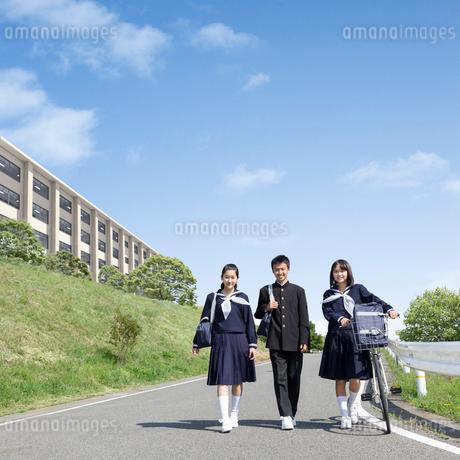 道を歩く中学生の男女の写真素材 [FYI01910311]