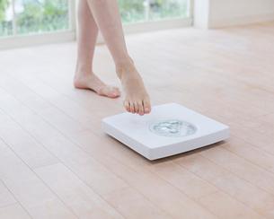 体重計と女性の足の写真素材 [FYI01910360]