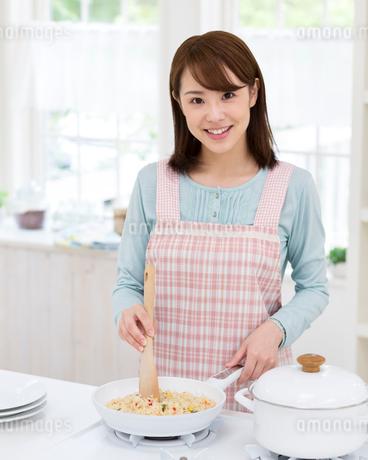 キッチンで調理する女性の写真素材 [FYI01910362]