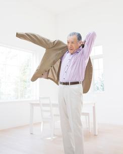 上着を羽織るシニア男性の写真素材 [FYI01910460]