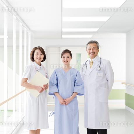 医者と看護師と患者の写真素材 [FYI01910573]