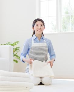 洗濯物をたたむ女性の写真素材 [FYI01910601]