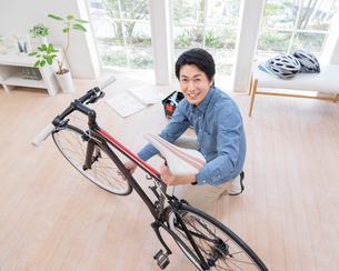 自転車を修理する男性の写真素材 [FYI01910759]