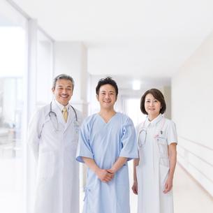 医者と看護師と患者の写真素材 [FYI01910821]