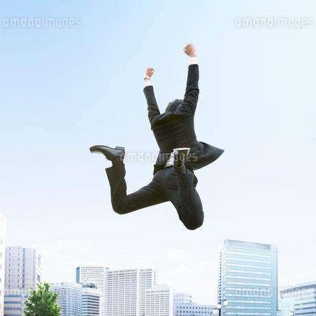 ジャンプをするビジネスマンの写真素材 [FYI01910838]
