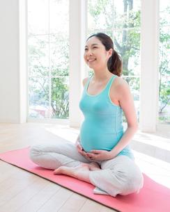 ヨガをする妊婦の写真素材 [FYI01910849]