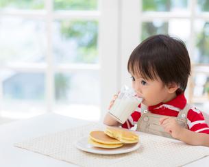 牛乳を飲む男の子の写真素材 [FYI01910865]