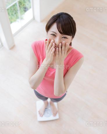 口に手をあてる女性の写真素材 [FYI01910932]