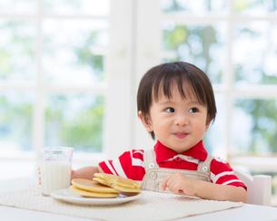 おやつと男の子の写真素材 [FYI01910980]
