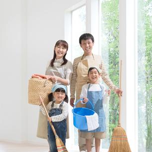 掃除道具を持って立つ日本人家族の写真素材 [FYI01911013]