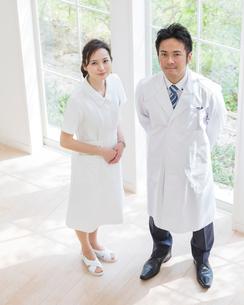 窓辺に立つ医者と看護師の写真素材 [FYI01911081]
