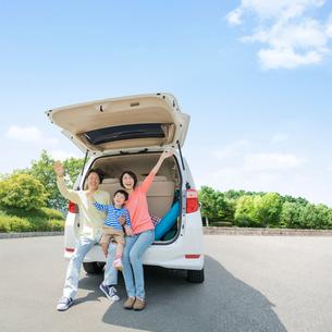 車のトランクに乗る日本人家族の写真素材 [FYI01911115]