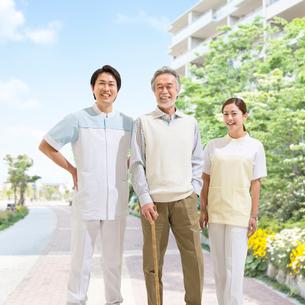 杖をつく患者と看護師の写真素材 [FYI01911152]