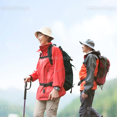ハイキングをする夫婦の写真素材 [FYI01911199]