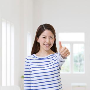グッドサインをする女性の写真素材 [FYI01911235]