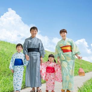 浴衣姿の日本人家族の写真素材 [FYI01911256]