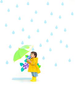 カッパを着て傘をさす男の子の写真素材 [FYI01911340]